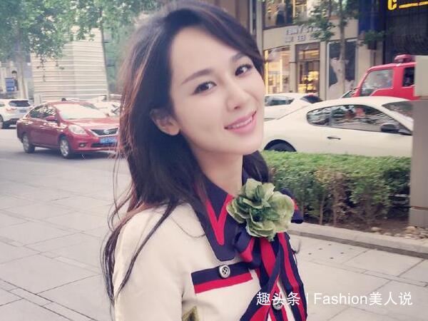 杨紫剪短发后更有气质,穿不规则西装裙出席活动,26岁美得出众