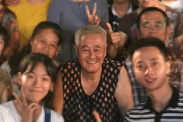 赵本山近照 和徒弟聚餐合影照全家福