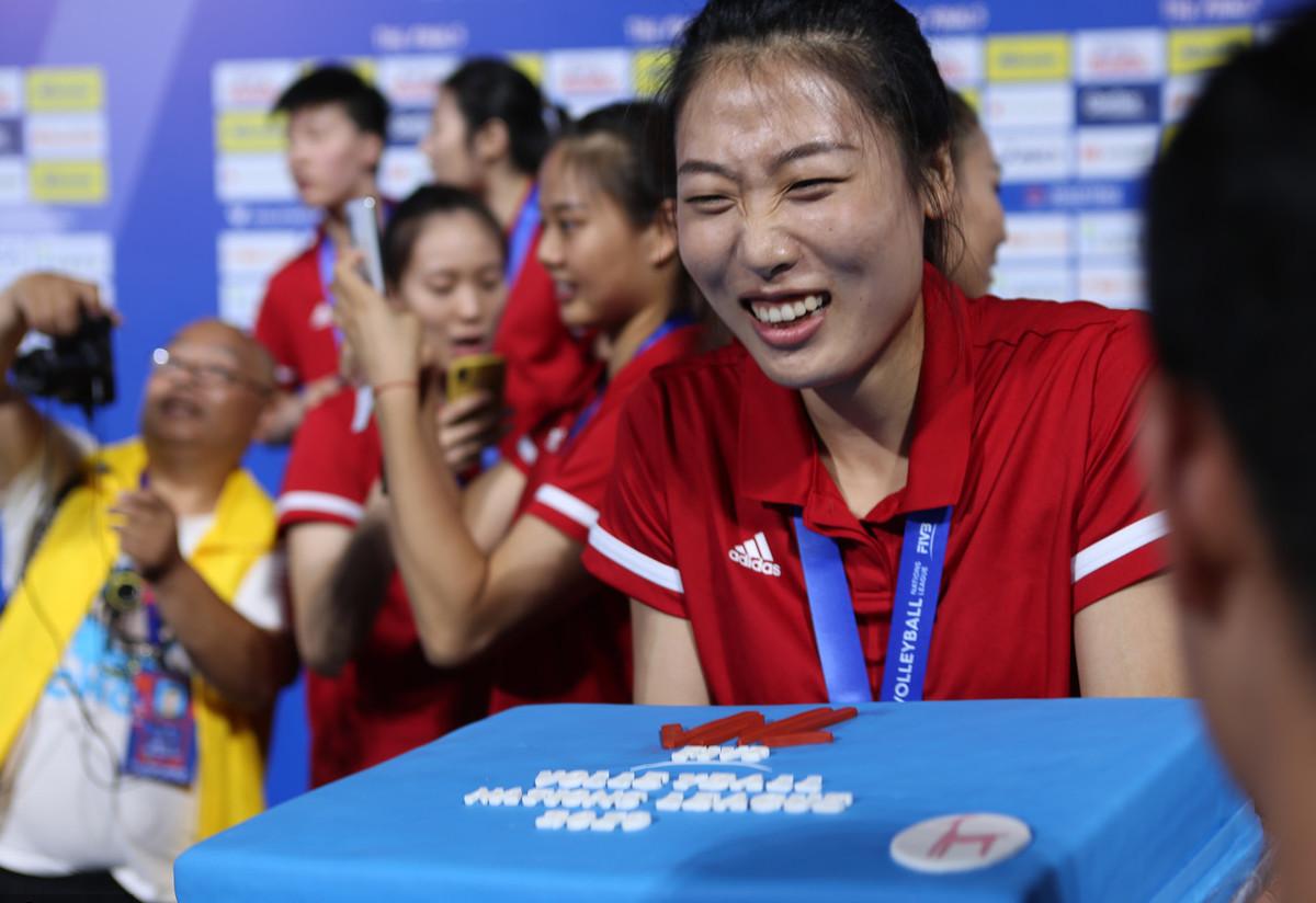 中国女排,她对球迷真是太好了,人美球靓心地善良,粉上她就对了