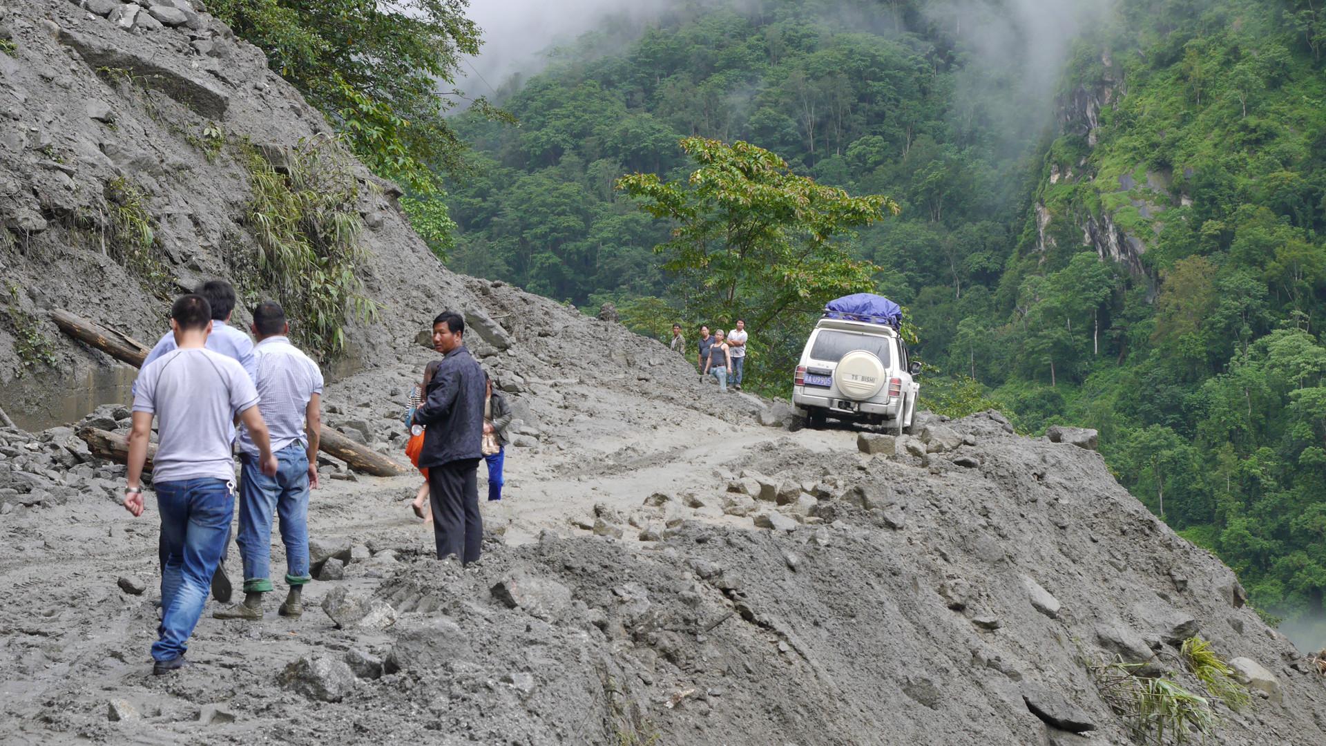 中国最危险的公路,数百名建筑工人为此牺牲,通车第二天就作废