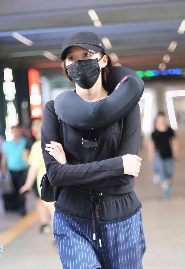 关晓彤穿秋衣现身机场,搭的是睡裤吗?这时尚真欣赏不来!