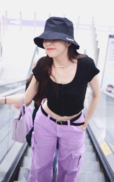 23岁宋妍霏机场高调炫腹,紫色工装裤搭印花手包,玩转同色系穿搭