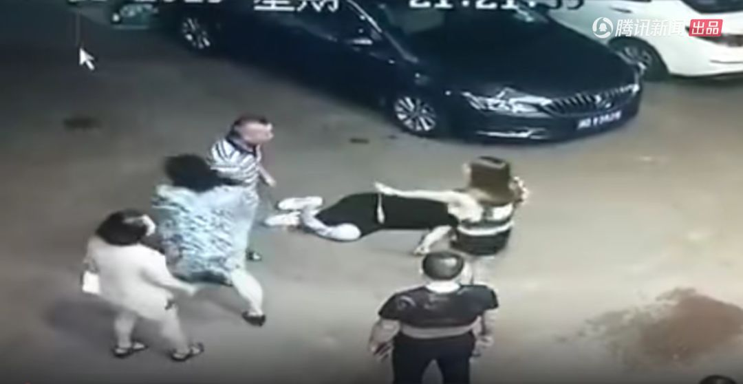 男子遭警察夫妇当街拳打脚踢?女警:他猥亵
