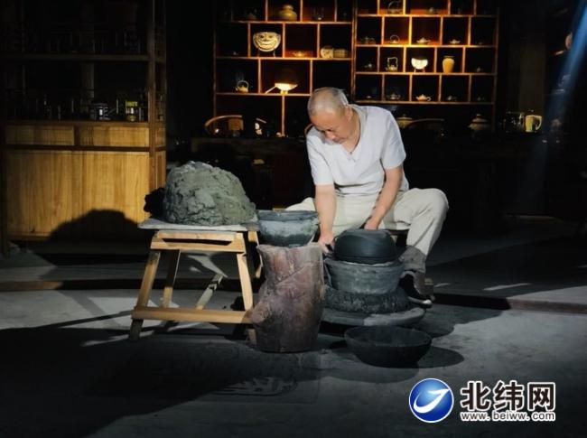 朱庆平正在制作砂器