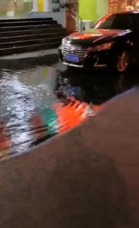 大连一超市每晚向马路排水惹众怒 负责人:不排水超市就被淹