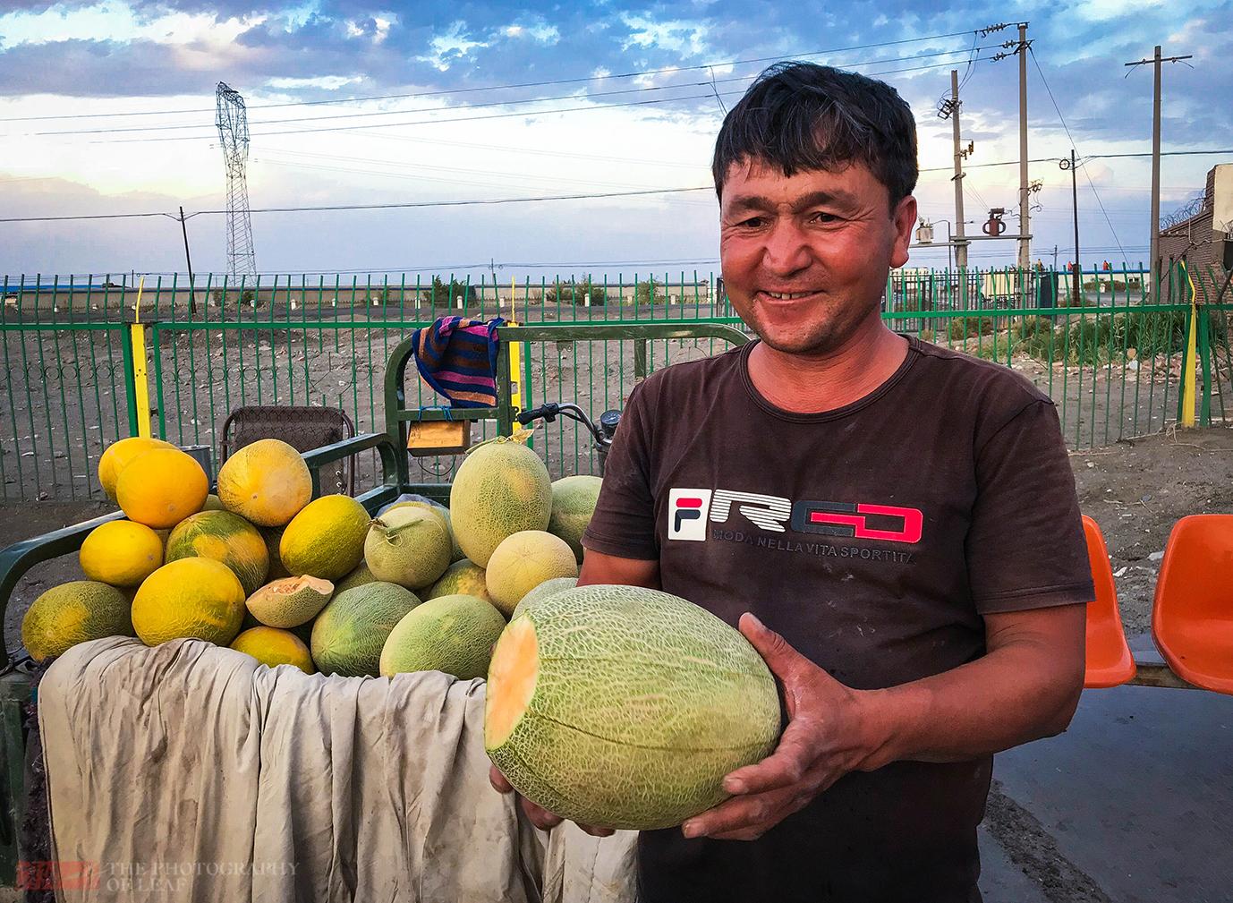 新疆大哥路边卖哈密瓜,1.5元一斤,吃完手上一层黏糊糊的东西