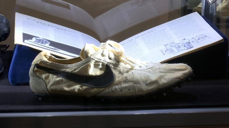 """327万人民币 这双耐克""""月球鞋""""拍出天价 全世界只有12双"""