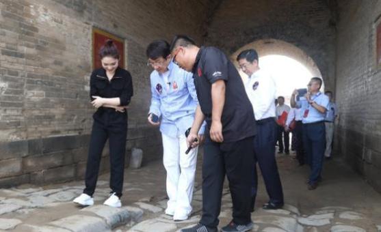 成龙呼吁成立基金保护古长城,自己愿捐出100万!网友:人善车帅!