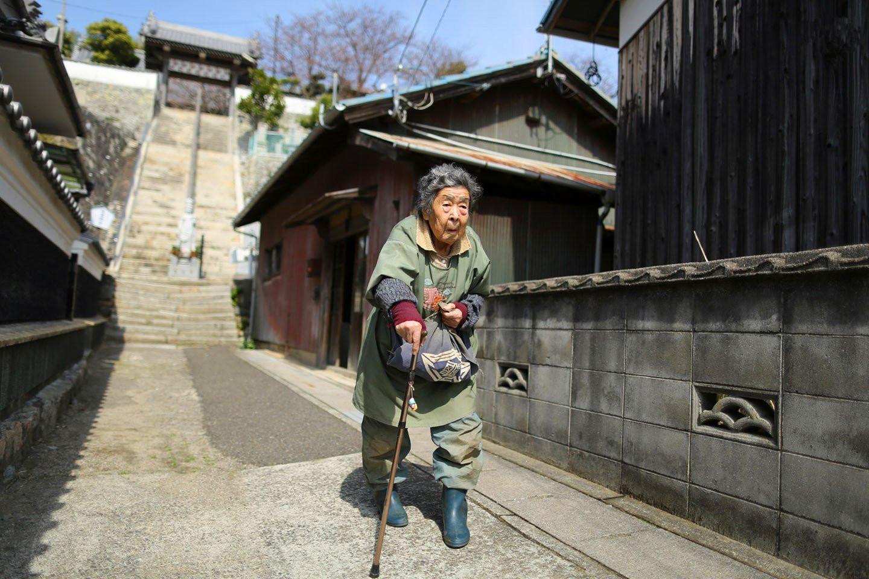 这地方福利居亚洲第一,老年人却晚景凄凉,抱着骨灰盒四处流浪