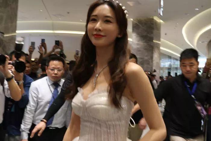 林志玲现身南京,婚后更有女人味!网友:成为日用品还敢来中国?