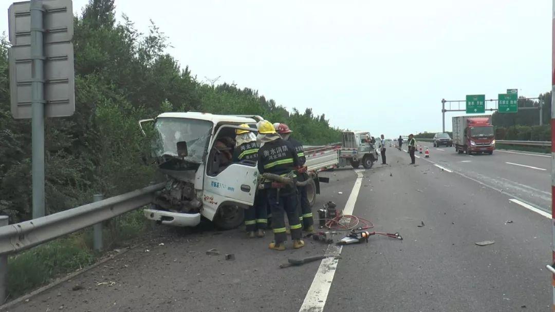 高速路货车追尾2人被困 深州消防紧急救援