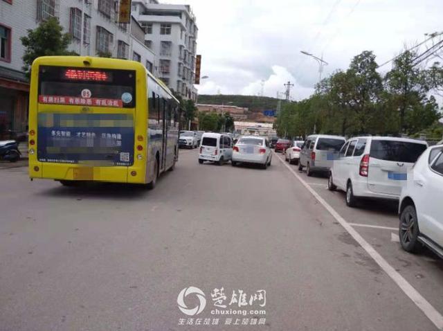 楚雄街头老年代步车与小轿车互不相让,结果悲剧了(图)