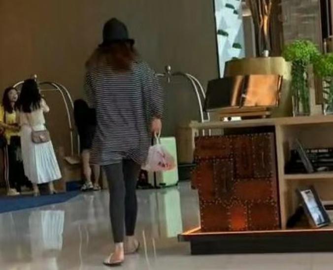 迪丽热巴酒店楼下取外卖,脚踩一次性拖鞋,网友:接地气 作者: 来源:猫眼娱乐V