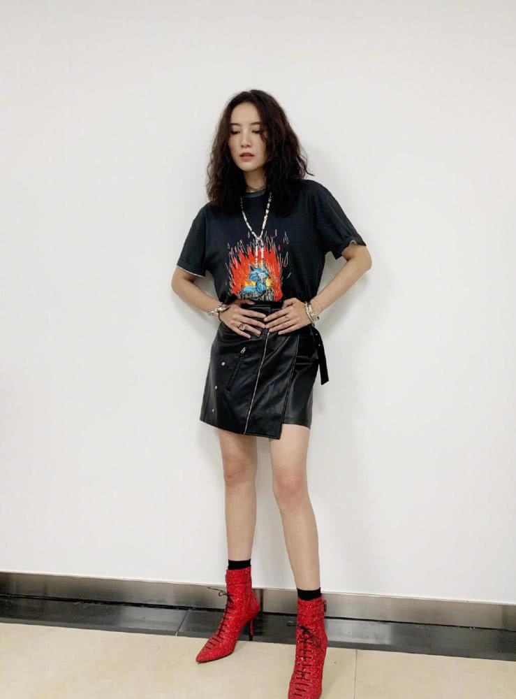 宋佳穿印花T恤配皮裙,帅气难挡,网友:这腿型满分,太羡慕了
