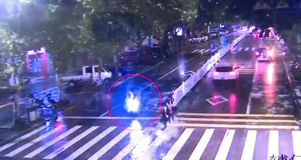 男子盗窃电瓶为生,为了躲避民警抓捕,他竟然做了一件这样的事
