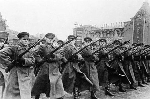 人类历史上动用兵力最多的时期是在二战,此时的人类文明已经发展的非常高了,国家组织和生产力是以往所不能比拟的,因此所动员的军队数量也是前无古人的,甚至后无来者