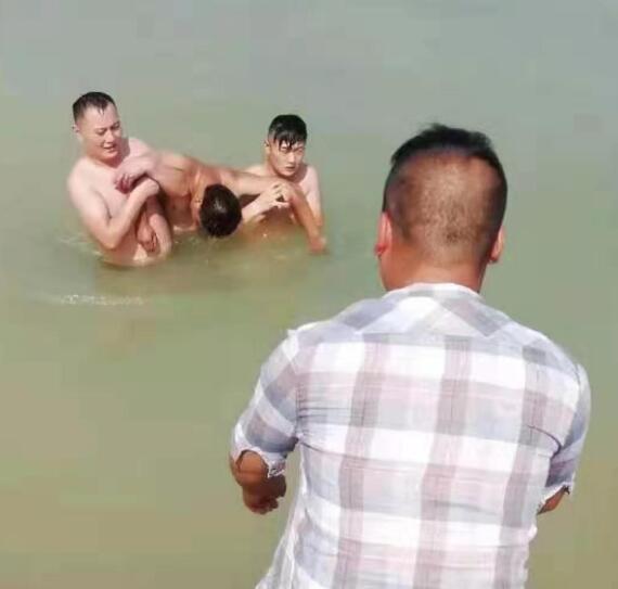 阜阳蓝天救援队队员刘方研与朋友一起成功救活一名溺水者
