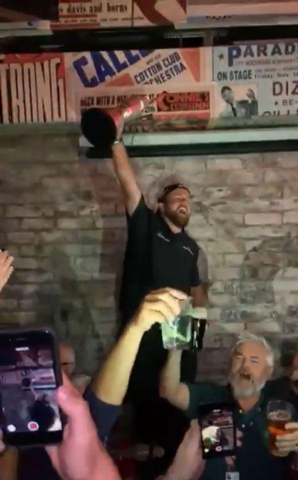 劳瑞夺冠后喝光休息室啤酒 在酒吧庆祝高唱民谣