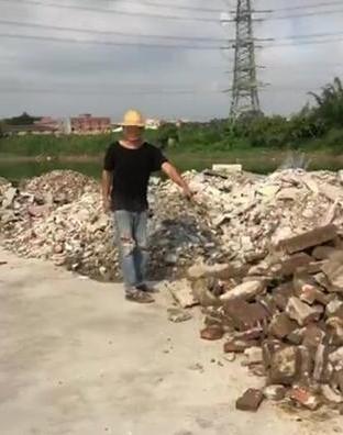 东莞一男子偷倒建筑废料 被逮个正着