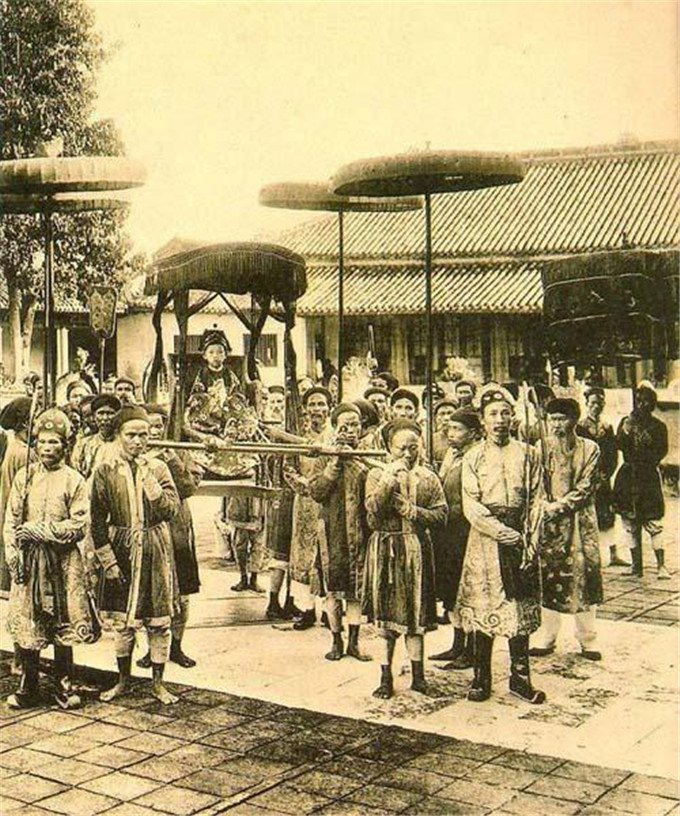 历史-越南阮朝王室相册,维新国王是个孩子,阮朝大臣是个华人(11)