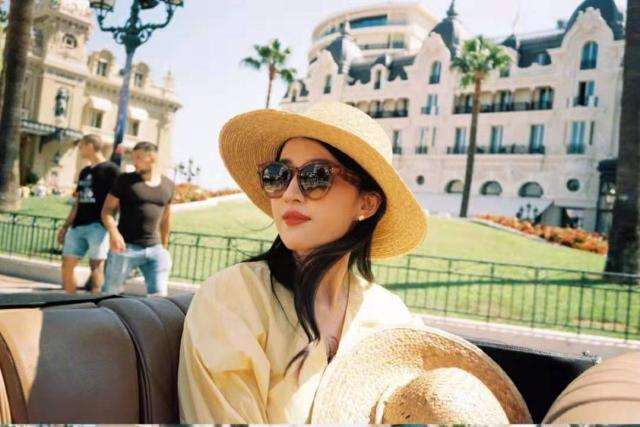 <b>刘亦菲晌旅游照,一身茶色休闲装复古优雅风,网友:美得太不真实</b>