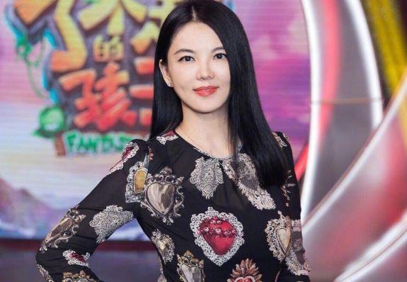 """43岁李湘近照曝光,腰身变桶走路要人搀扶,网友:富太变""""富态"""""""