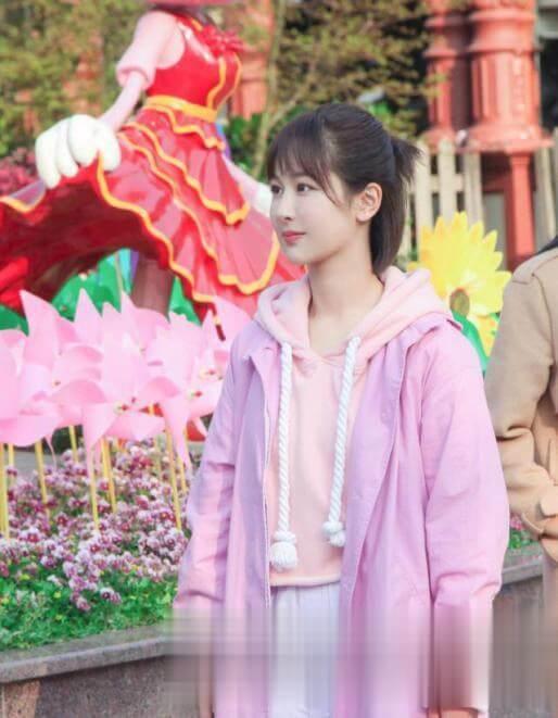 杨紫甜美造型太吸睛,穿皮衣小夹克搭白色连帽卫衣,显得年轻活力又非常时髦