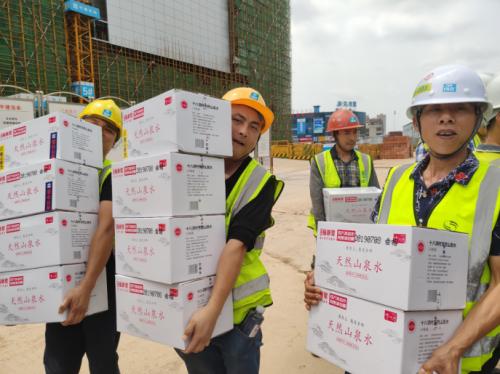 张新发100万瓶定制山泉水免费送,为户外工作者送去清凉