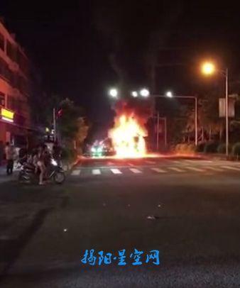 揭阳某地路口一大货车发生自燃,现场火光冲天!