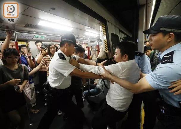 香港闹事者又出损招:上班高峰期恶意堵地铁