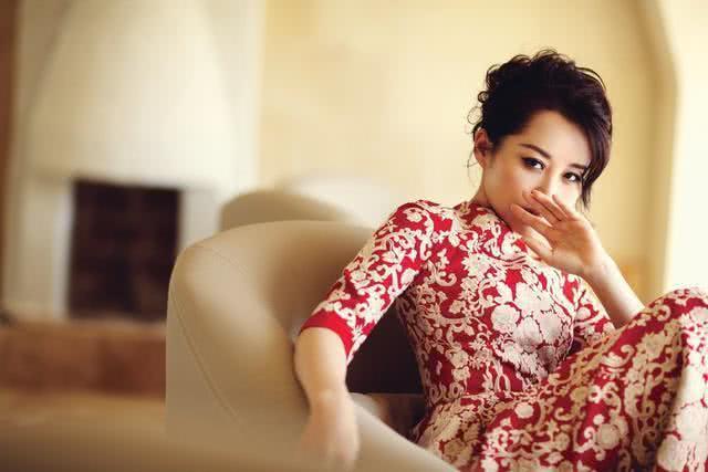 她52岁比许晴更美艳,靳东都恋上大9岁的她,女儿的颜值引争议