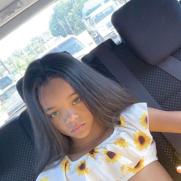蕾哈娜与小女孩似双胞胎姐妹