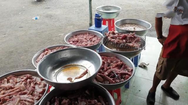大叔卖烤肉生意太好,门前10个盆放满肉等着烤,想吃排队2小时