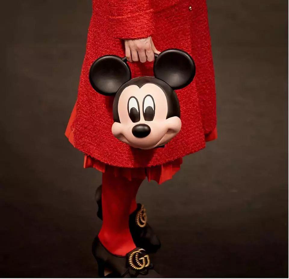 洞洞鞋挂脸旁,头戴小飞象手拎米奇头,迷之时尚行为大赏有你吗?