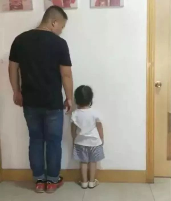 "<b>3岁女娃用贴纸""封印""装睡老爸,满满的都是爱!</b>"
