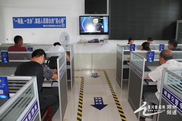 <b>朔州交警二大队组织驾驶员观看警示片</b>