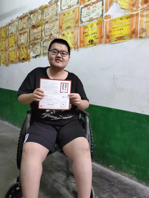 """【热点】励志!父亲背他上学12年,南阳""""轮椅少年""""圆梦北理工"""
