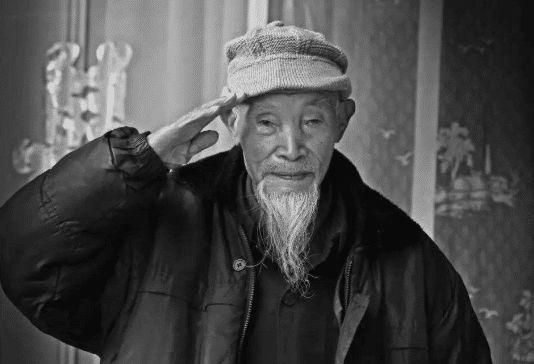 <b>百岁老兵拒交房租被告,法庭上怒道:我消灭过10万日军!</b>