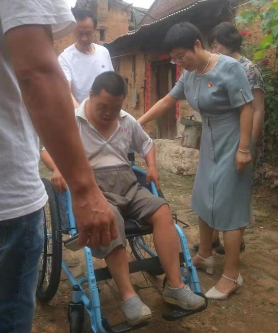 帮扶干部送轮椅 真情慰问贫困户