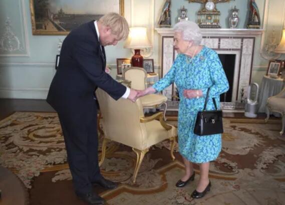 刚当上英首相,约翰逊就因透露见女王时细节被批