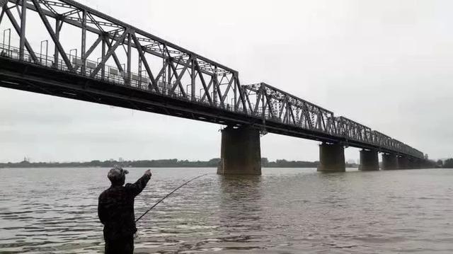 人间惨剧:哈尔滨一铁路桥上,母子两人捆绑坠江!疑似曾传来孩子叫喊:爸爸……