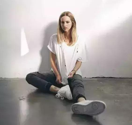 白T恤和小白鞋,搭起来真好看