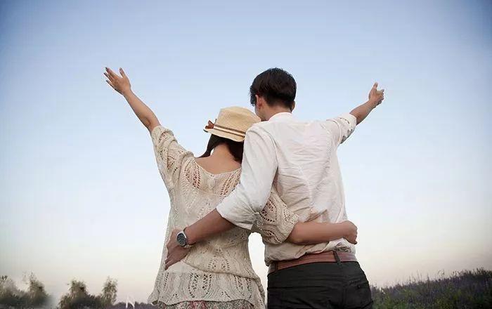 """【下班FUN大招·今日话题】情侣""""刚恋爱""""和""""恋爱久了"""",有哪些区别?"""