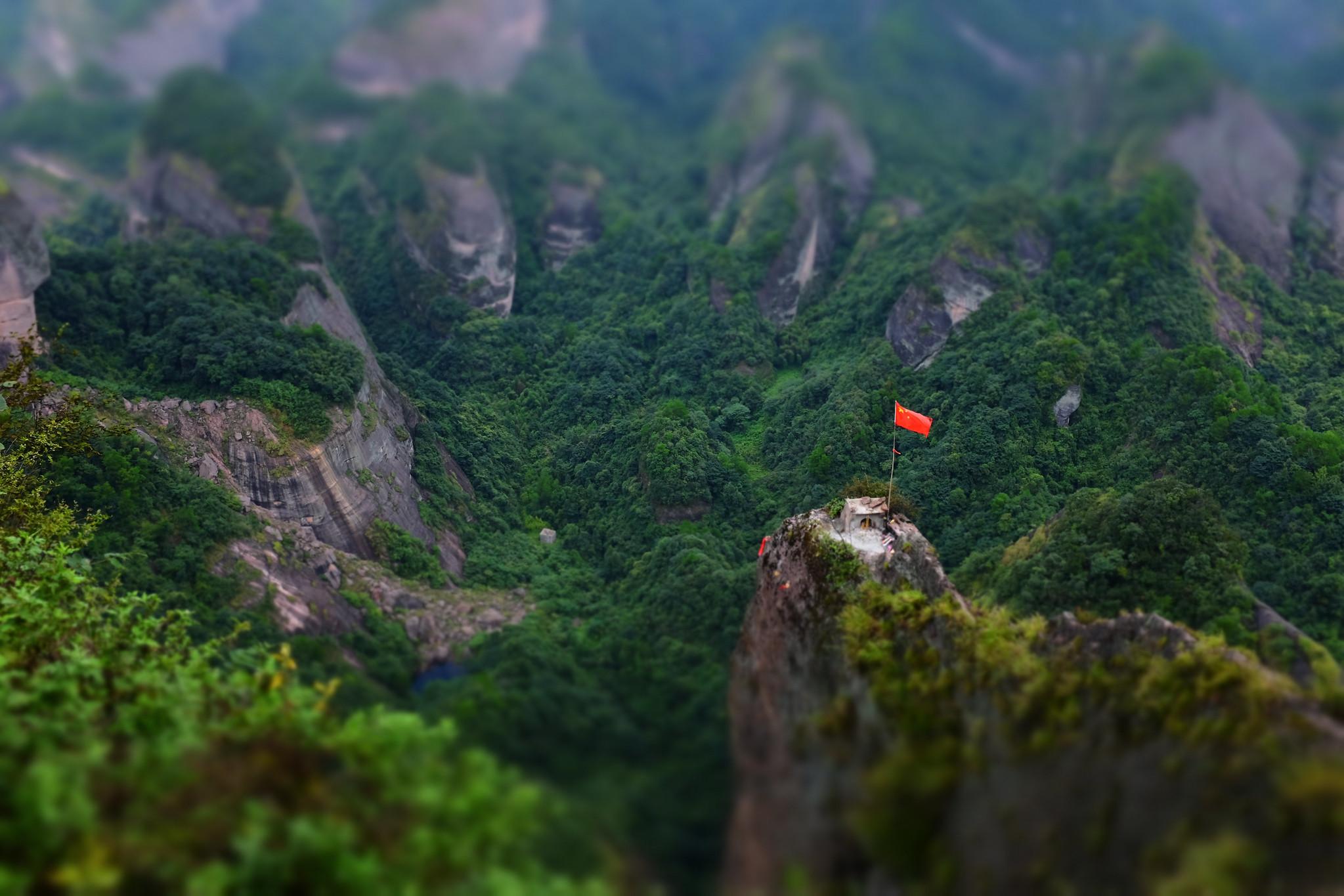 这座山穷山变宝山,引湖南广西两地争抢,如今因一座庙走红