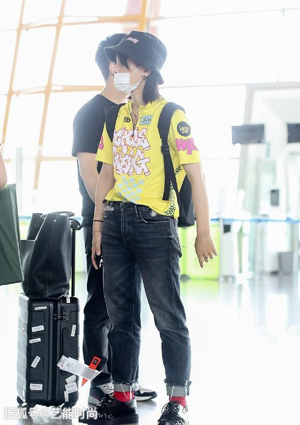 <b>周笔畅穿黄T搭配牛仔裤现身机场,清爽简约又小可爱,这样的风格很适合大众</b>