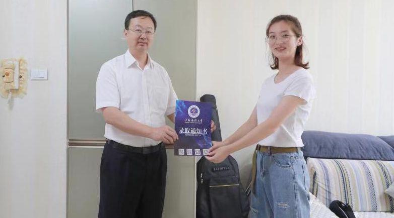 """校长亲自送达!""""同学,这是江苏海洋大学第一封录取通知书!"""""""
