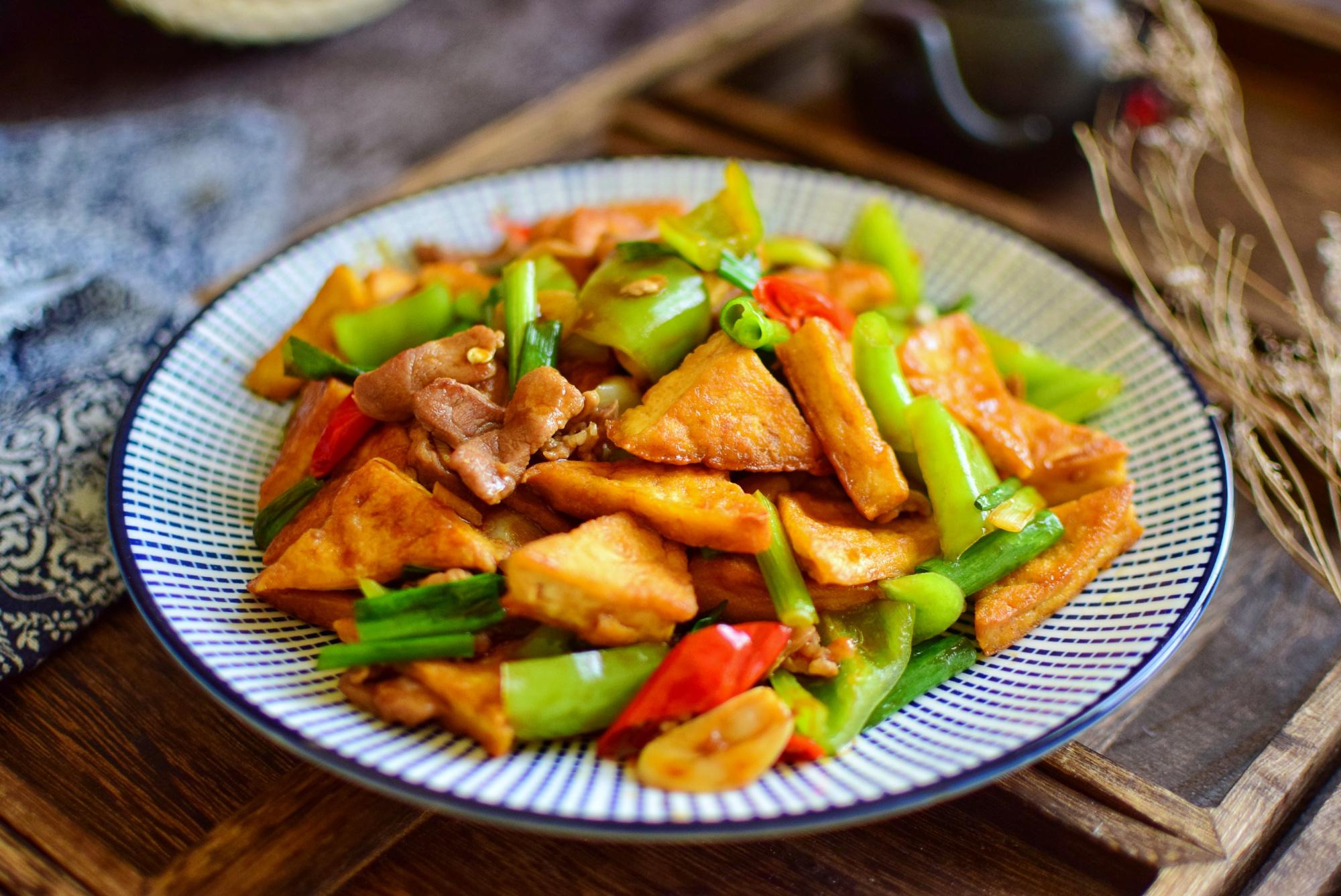 <b>豆腐这样做,超香超入味,盘底都能舔个精光,不会做就真亏了</b>