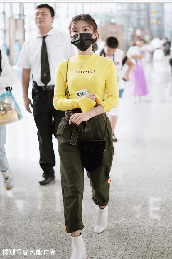 <b>陈意涵现机场,穿黄色长袖体恤配绿色宽松长裤,甜美无敌的青春美少女</b>