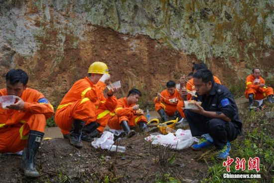 贵州水城县山体滑坡现场 救援工作有序开展