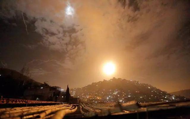 军事-免费yoqq战争在凌晨打响,一晚上100多次轰炸,俄发出警告:立即停止进攻yoqq资源(1)